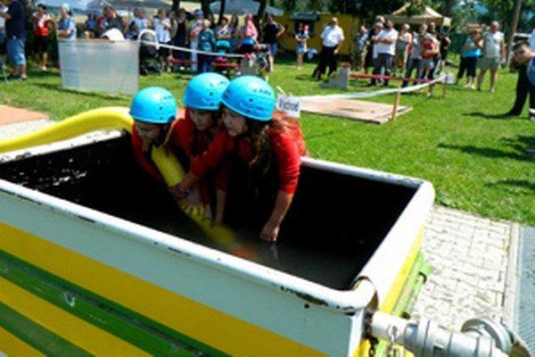 Do súťaže sa zapojili aj malé hasičky.
