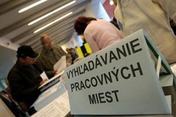 Asi osem z desiatich nezamestnaných, ktorí nemali prácu  viac ako 2,5 roka, býva v banskobystrickom, prešovskom či košickom regióne.
