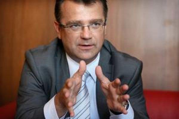 Minister zdravotníctva  Ivan Uhliarik začal riešiť konflikty záujmov.