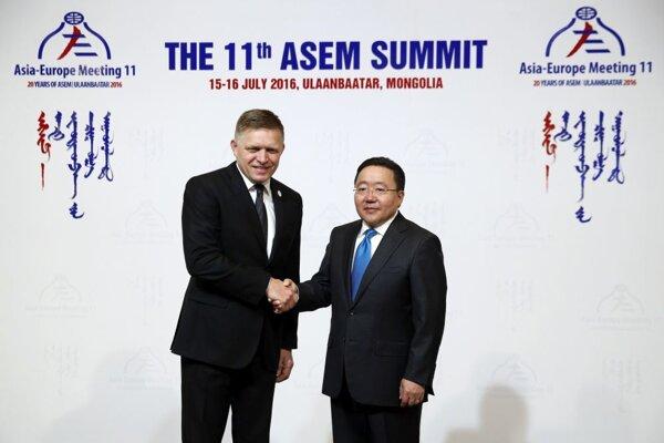Vľavo Robert Fico a vpravo mongolský prezident Cachjagín Elbegdordž.
