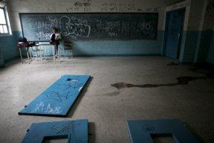 Verejná škola v Caracase, respektíve, čo z nej zostalo. Študent sedí na mieste, odkiaľ kedysi vyučoval učiteľ.