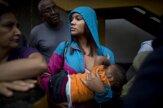 Vo Venezuele čakajú v rade na jedlo tak dlho, že otec učí čísla, matka dojčí