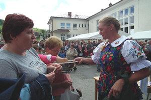 Marta Zavoďančíková z Novote, ktorá súťažila ako prvá, dlhú niť vlastnoručne rozkrájala podľa lopára, aby z nej mohlo ochutnať čo najviac návštevníkov.