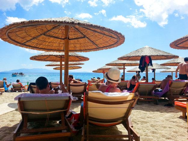 Pláž Paradise na ostrove Mykonos je rajom nočných párty na pláži.