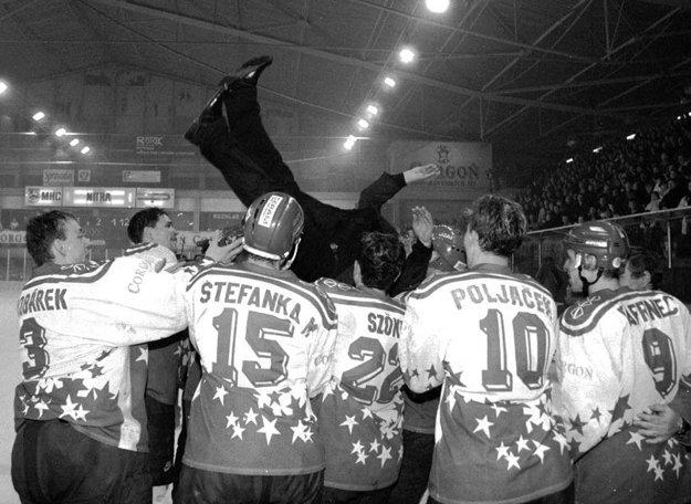 Pri oslavách v marci 2001 dostal hopla tréner Miklošovič.