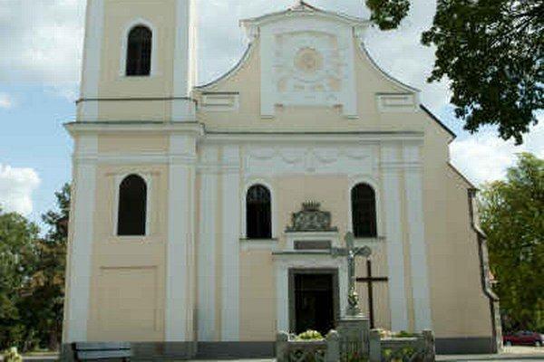 Rímskokatolícky farský Kostol Narodenia Panny Márie. Pravdepodobne mal svojho predchodcu, a to kamenný alebo drevený kostol v 14. storočí.