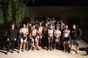 Jazdci Laboreckej MTB Night Riders 2015. Niektorí museli odstúpiť kvôli technickým problémom.
