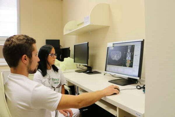 Mladí medici. V pracovnom nasadení na oddelení rádioterapie a klinickej onkológie.