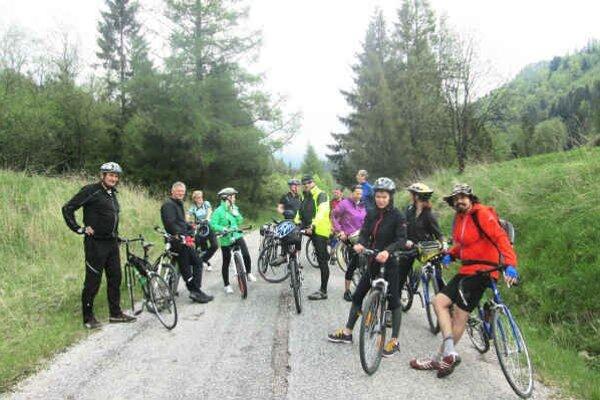 Druhý ročník cyklistického zrazu. Zúčastnilo sa ho presne 51 cyklistov a nechýbali medzi nimi ani ženy.