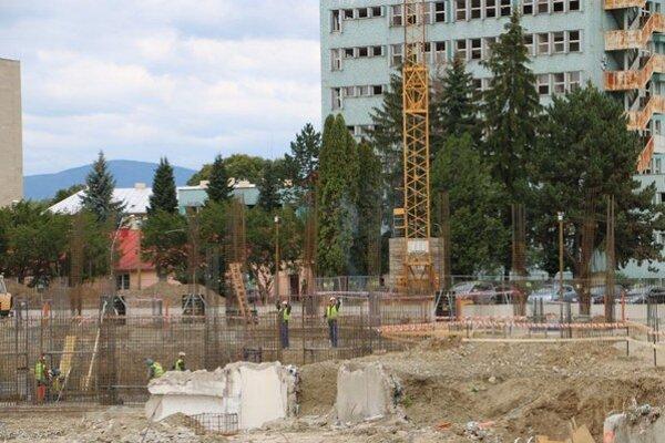 Nová nemocnica. Výstavba skeletu štvorpodlažnej budovy by mala byť ukončená v priebehu marca 2016.