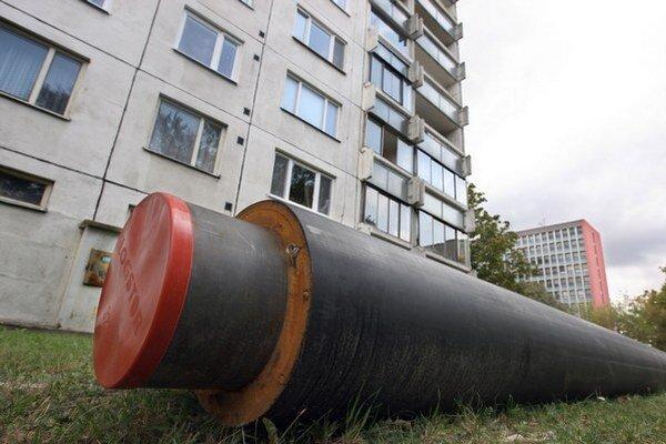Výmena teplovodov. Osadenie nových potrubí bolo ukončené pred začiatkom vykurovacej sezóny.