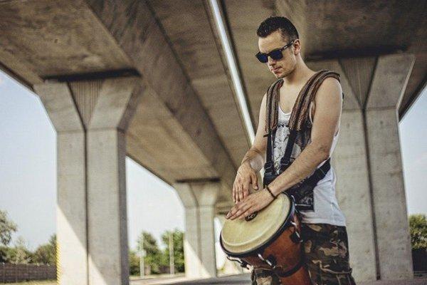 Bongoman Elizz. Nahráva krátke videá s rôznymi drum covermi slovenských, ale i zahraničných interpretov.