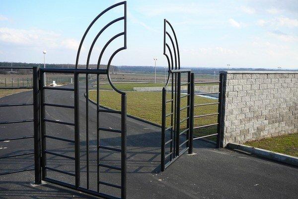 Nový cintorín zíva prázdnotou.