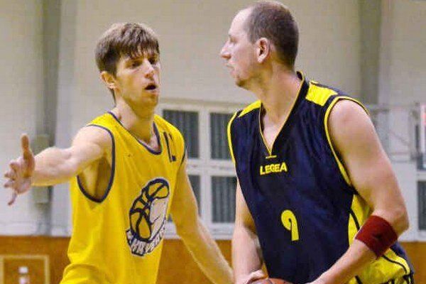 Michalovčania naďalej víťazia. Tomáš Mižák (s loptou) dal v Levoči 18 bodov.