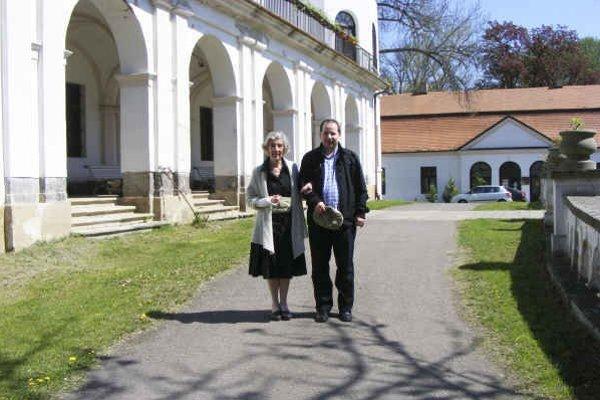 Grófka Ferdinandina Eltz a Martin Molnár. Publikácia o hradoch a kaštieľoch je venovaná jej.