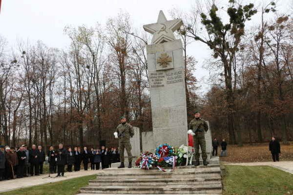 Pietny akt kladenia vencov. Na cintoríne červenej armády leží viac ako 18-tisíc vojakov.