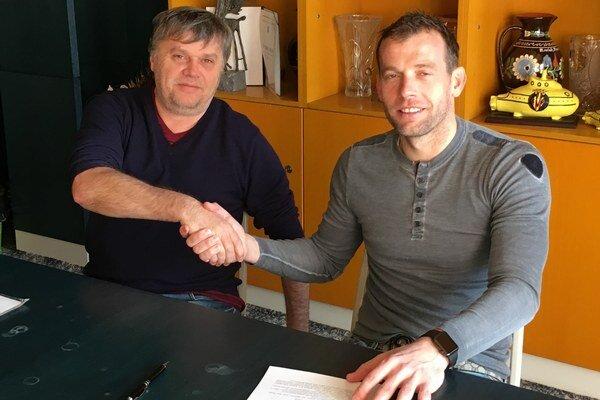 Po podpise novej zmluvy. Marián Kelemen (vpravo) so šéfom klubu Igorom Šoltinským.