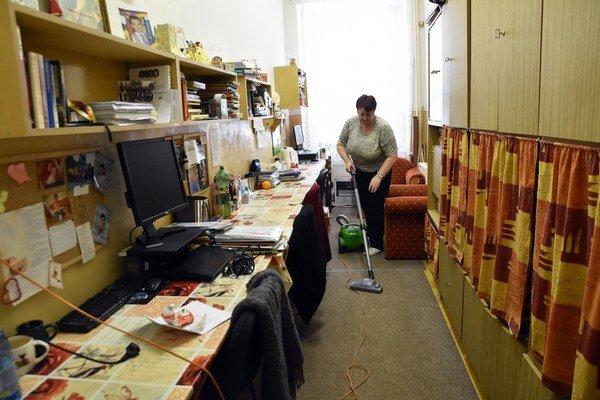 Upratovačka upratuje kabinet v budove základnej školy Pavla Horova v Michalovciach.