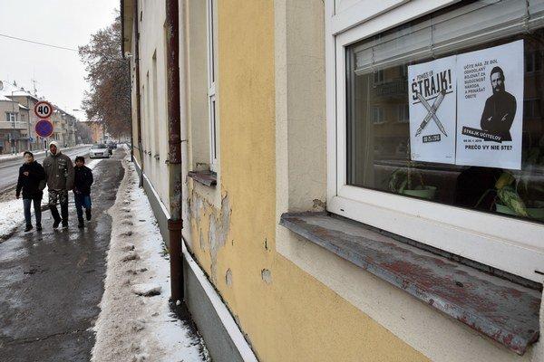 Plagát štrajku učiteľov. Na okne budovy základnej školy Pavla Horova v Michalovciach.