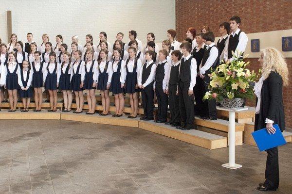 Dirigentka Viera Džoganová. So speváckymi zbormi sa presadila aj vzahraničí.