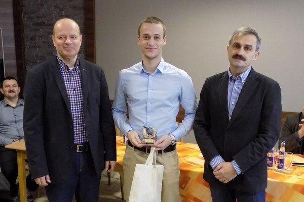 Ocenili najlepšieho rozhodcu za rok 2015. Stal sa ním mladý Michal Verždák (v strede).