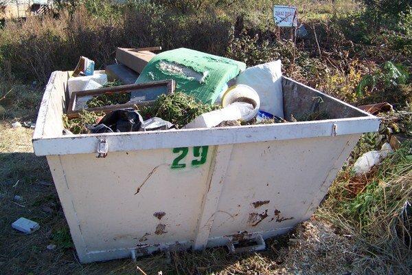 Kontajnery na odpad. Rozmiestnené sú vo viacerých lokalitách.