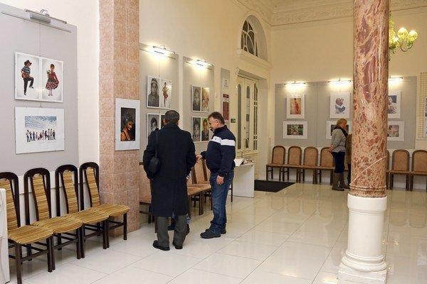 Výstava fotografií vZemplínskej knižnici. Autorom je Vojtech Rušin, ktorý zachytil deti z22 krajín sveta.