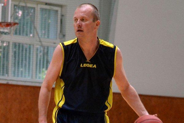 Harcovník Milan Janošov starší. Svojim zverencom opäť pomohol aj na ihrisku.