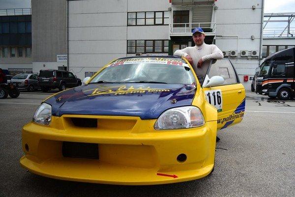 Pavol Dlugoš so svojim novým štvorkolesovým tátošom. Michalovský pretekár po dvoch rokoch vymenil Škodu Felicia za Hondu Civic.
