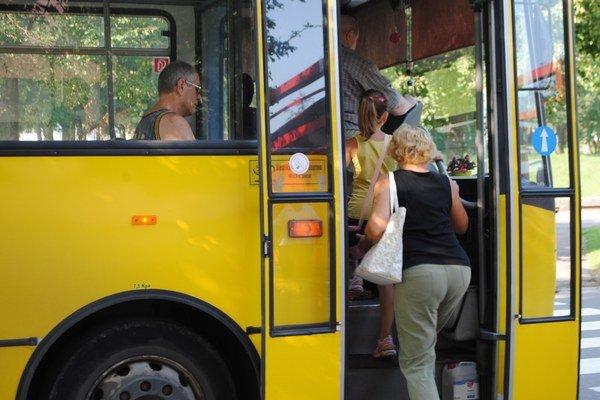 Cestujúci. Ak držitelia čipovej karty prestúpia na ďalší autobus mestskej dopravy do 30 minút, ďalej budú cestovať len za symbolický 1 cent.