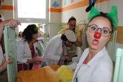 Smiech v nemocnici. Klauni si zo Šíravy odskočili na detské oddelenie v michalovskej nemocnici, kde potešili malých pacientov.
