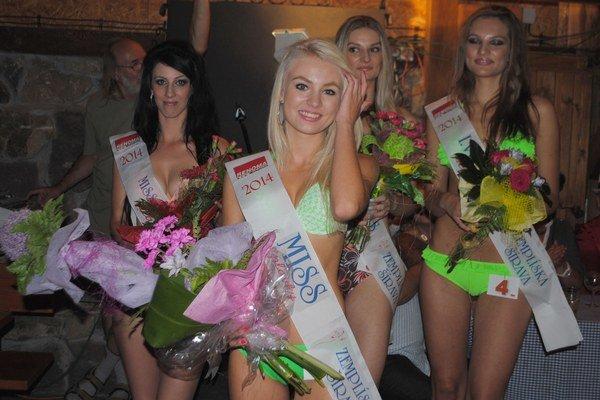 V popredí Miss plavky 2014 Kristína Ždiňaková z Michaloviec, zľava Miss sympatia Martina Dudová z Medzilaboriec, II. vicemiss 20-ročná Dajana Hanesová a I. vicemiss Andrea Behunová.