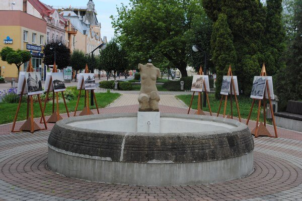 Galéria pod holým nebom. Fotografické obrazy z histórie Michaloviec si môžete pozrieť v pešej zóne v centre mesta.