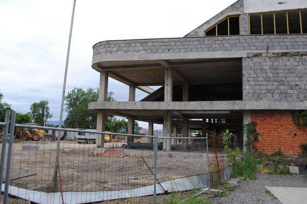 Tržnica. Na objekte po 25 rokoch chátrania panuje čulý stavebný ruch.