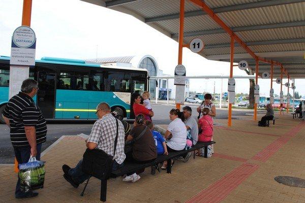 Nová autobusová stanica. Ľudia kritizujú polohu, výšku financovania a to, že ich nedostatočne chráni pred nepriaznivým počasím.