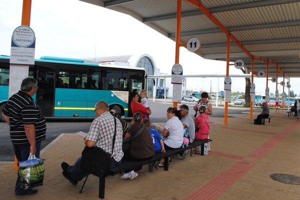 Nová autobusová stanica. Ľudia kritizujú polohu aj to, že ich nedostatočne chráni pred nepriaznivým počasím.