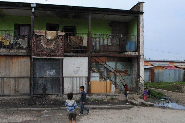 Osada Angi mlyn. Štvorročný chlapček sa vážne zranil v jednom z bytov.