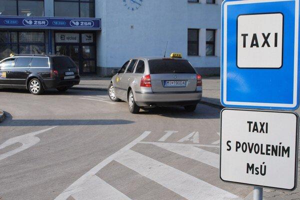 Taxikári. So znížením počtu vyhradených miest pre taxíky nesúhlasia.