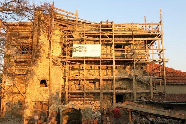 Palác je už pod strechou. Na zastrešení paláca pracovali dobrovoľníci štyri mesiace. Pod strechou môžu rekonštruovať hrad aj počas nepriaznivého počasia.