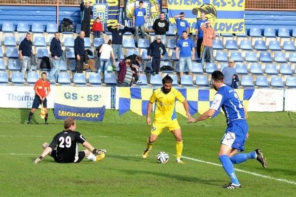 Samuel Bayón práve strieľa otvárací gól. Skóroval už po troch minútach, Michalovčania napokon vyhrali 6:0.