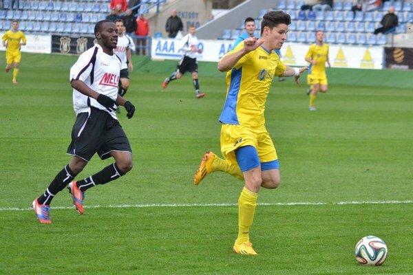 Trebišovčanom robil obrovské problémy. Martin Regáli (vpravo) strelil Slavoju tri góly a vypracoval aj penaltu.