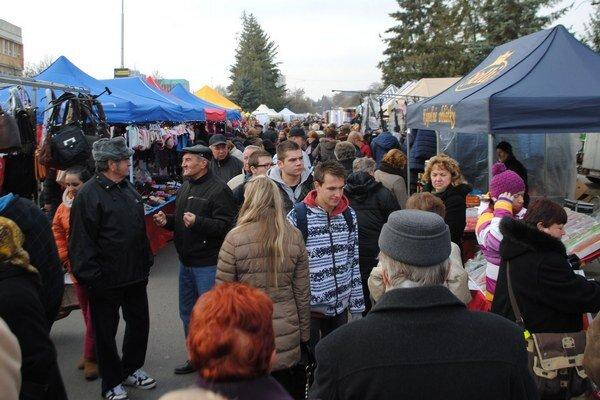 Vianočné trhy. Obchodná a Sládkovičova ulica v Michalovciach sa zmenili na obrovské trhovisko, ktoré počas dvoch dní navštívili tisícky ľudí.