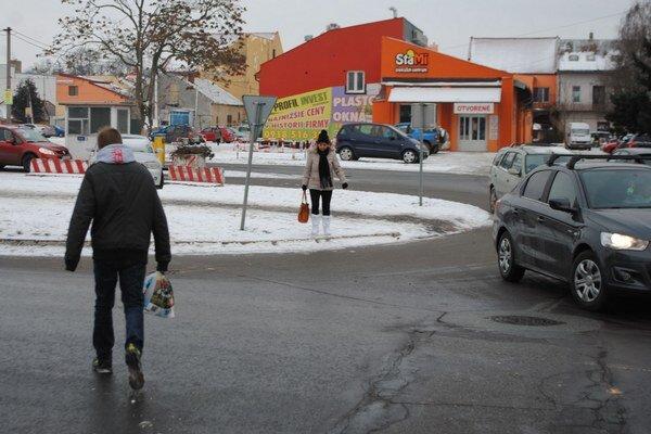 Krížom cez cestu. Na Obchodnej ulici dochádza ku kolíznym situáciám medzi autami a chodcami. Na ceste možno pribudnú nové priechody pre chodcov. Situáciou sa už zaoberajú samospráva a dopravný inšpektorát.