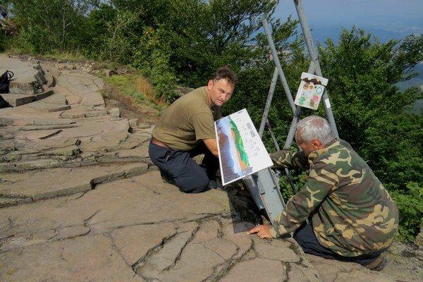 Oprava panoramatického panela. Vandali ho už viackrát poškodili. Na snímke pracovníci Správy CHKO Vihorlat Ladislav Palko (vpravo) a Ján Vataha.