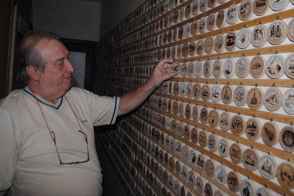 Unikátna zbierka. Michalovčan má tisíc turistických známok. Každá je iná a jedinečná.