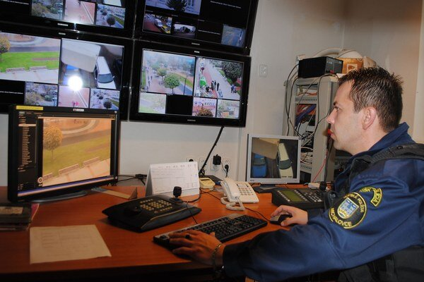 Kamerový systém. V Michalovciach monitorujú ulice mesta operátori nonstop 24 hodín. Podobné pracovisko chcú aj v Strážskom.
