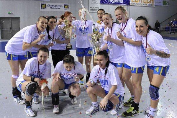 Hráčky HK Iuventa Michalovce po skonční 22. kola hádzanej žien medzi HK Iuventa Michalovce a HC Zlín.