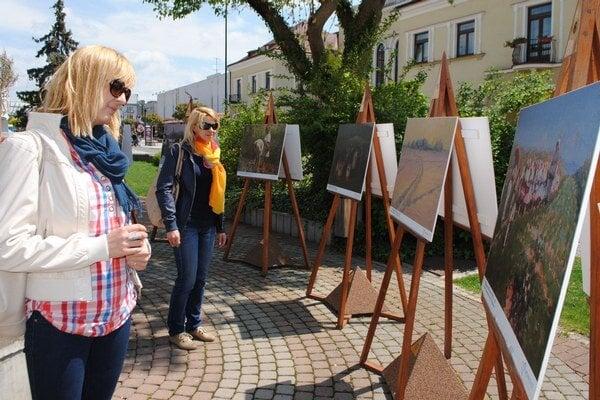 Galéria pohľadov. Michalovčania a návštevníci mesta môžu obdivovať diela maliara T. J. Moussona priamo na Námestí osloboditeľov až do jesene.
