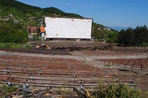 Rekonštrukcia. Kino chátralo 12 rokov. Nový nájomca už začal s rekonštrukciou lavičiek, javiskovej plochy a úpravou celého areálu.