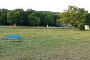 Vinianske jazero. Pre rekreantov sú už pripravené nové lavičky.